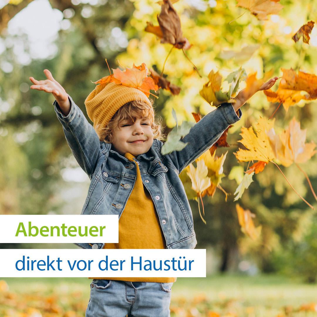 Kind in raschelndem Herbstlaub